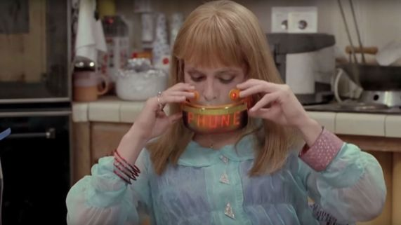 Displayet på brillene til Martys datter lyser opp når det ringer. (Foto: Universal Pictures).