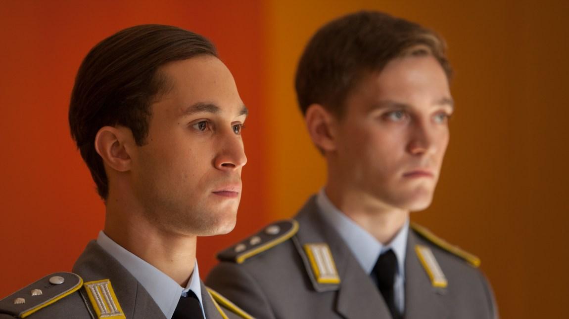 Alex Edel (Ludwig Trepte) og Martin Rauch  (Jonas Nay) deler uniform, men opplever den kalde krigens frustrerende lenker fra hver sin side av muren. (Foto: NRK)