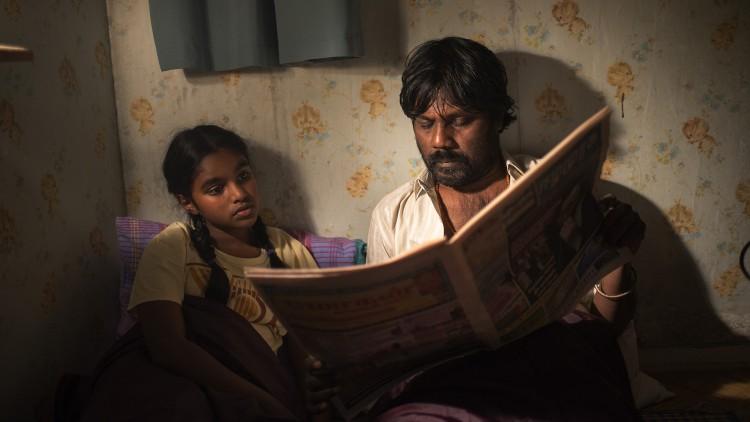 Dheepan (Jesuthasan Antonythasan) leser for Illayaal (Claudine Vinasithamby) i Dheepan (Foto: Tour de Force).