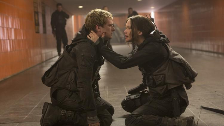 Peeta (Josh Hutcherson) og Katniss (Jennifer Lawrence) i The Hunger Games: Mockingjay Part 2 (Foto: Lionsgate).
