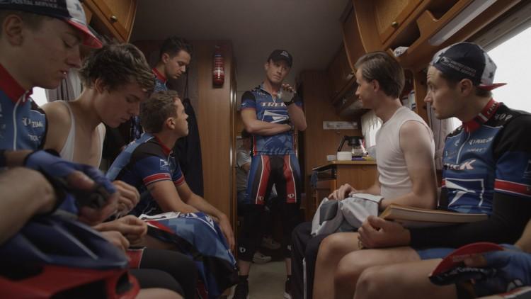 Lance Armstrong (Ben Foster) instruere sykkelteamet sitt i The Program (Foto: SF Norge).