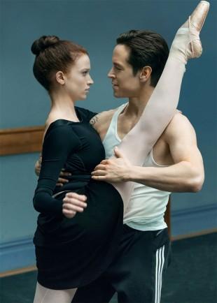 Sarah Hay og Sascha Radetsky i «Flesh and Bone». (Foto: Starz, C More).