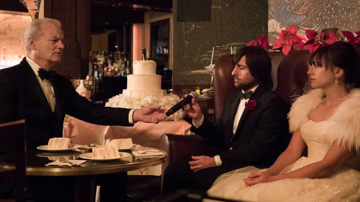 Et bryllup blir avlyst og Bill Murray bruker sang for å hjelpe det ulykkelige paret (Jason Schwartzman og Rashida Jones) finne litt juleglede blant drinker og den smeltende byllupskaken.  (Foto: Netflix)