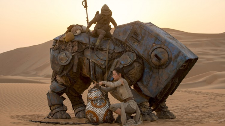 Rey (Daisy Ridley) finner BB-8 i Star Wars: The Force Awakens (Foto: © Lucasfilm Ltd. & TM. All rights reserved.).