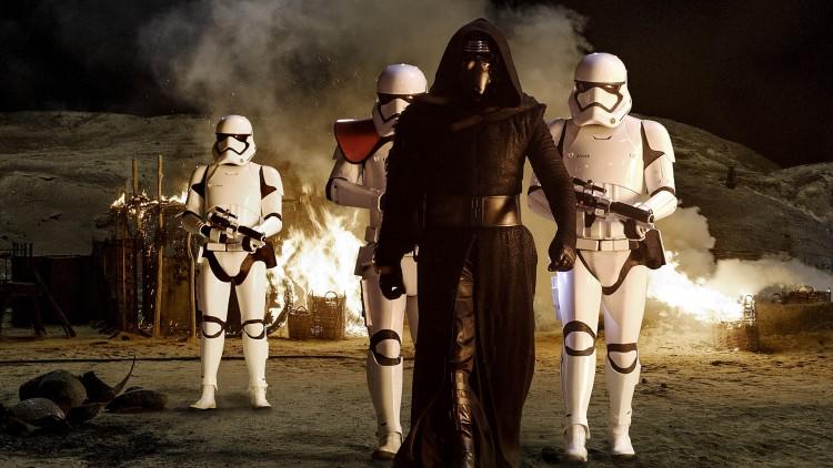 Kylo Ren (Adam Driver) er en ond kraft i Star Wars: The Force Awakens (Foto: © Lucasfilm Ltd. & TM. All rights reserved.).