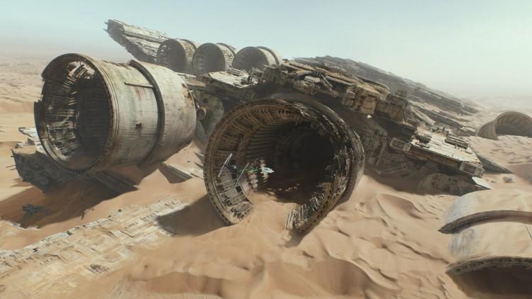 Millenium Falcon flyr inn i stort romskipsvrak på Jakku. Der er det mye sand! (Foto: © Lucasfilm Ltd. & TM. All rights reserved.).