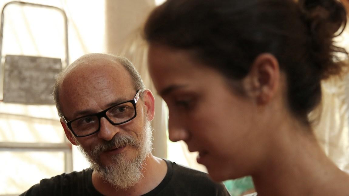 Carlos (Lourenço Mutarelli) setter stor pris på å prate med Jéssica (Camila Márdila) og behandler hushjelpens datter som en gjest i eget hus - noe som skaper problemer i begge familier. (Foto: Fidalgo, Aline Arruda)