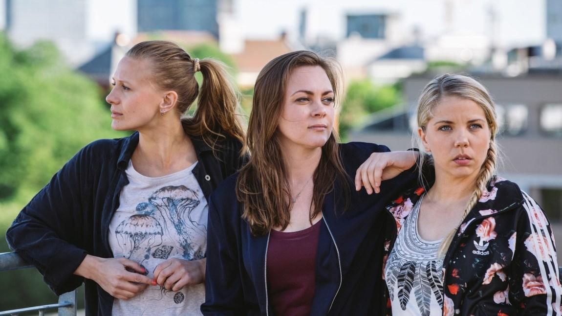 Nenne (Gine Cornelia Pedersen), Elise (Siri Seljeseth) og Alex (Alexandra Gjerpen) i Unge lovende. (Foto: NRK, Monster)