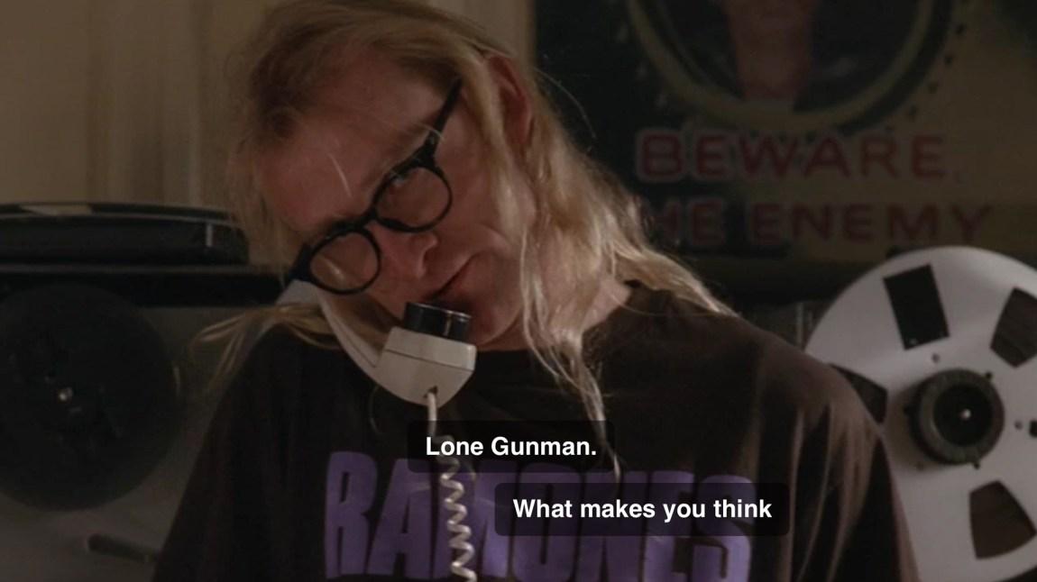 Det første møtet med Richard Langly - en av de tre fra The Lone Gunme. Hentet fra episoden E.B.E. (Foto: Skjermdump, FOX)