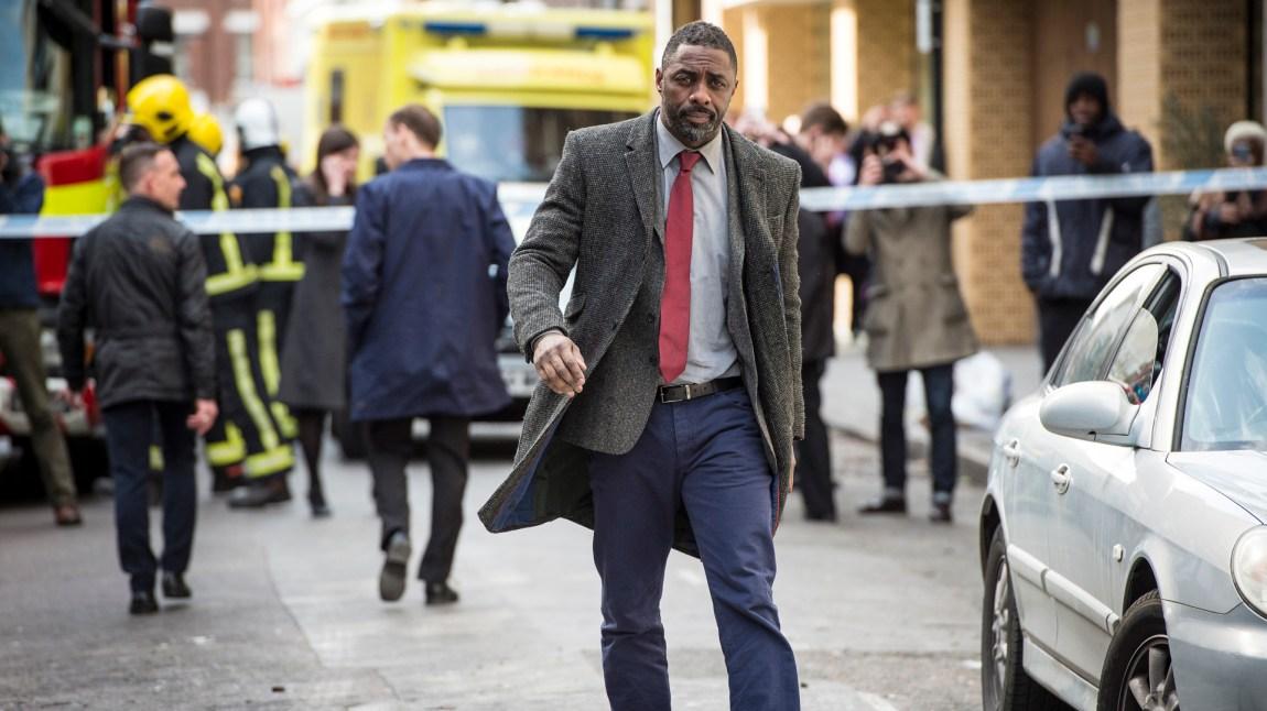 Sjefsetterforsker John Luther (Idris Elba) finner fram frakken, og gjør comeback i London-politiet i krimseriens sesong 4.  (Foto: BBC, NRK)
