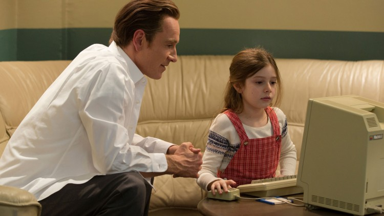 Fassbender som Jobs og datteren Lisa, her spilt av Makenzie Moss. (Foto: United International Pictures).