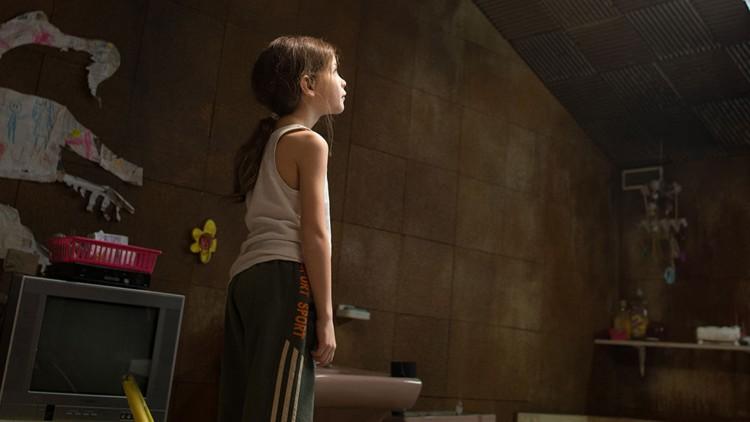 Jack (Jacob Tremblay) ser opp på takvinduet i Room (Foto: United International Pictures).