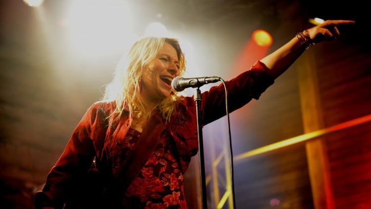 Frida Hallberg spiller en fin hovedrolle i Så og på jorden (Foto: SF Norge AS).