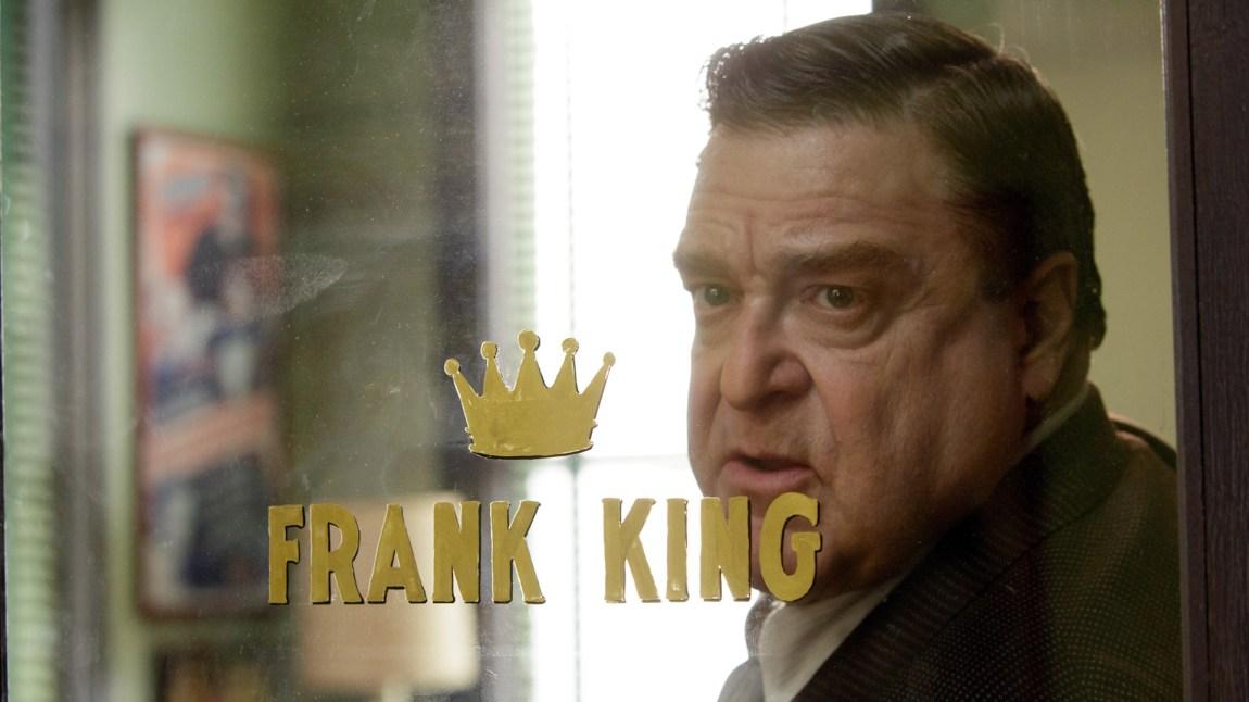Filmprodusent Frank King (John Goodman) får plutselig en oppsving i manuskvaliteten da han begynner å ansette svartelistede manusforfattere. (Foto: Norsk Filmdistribusjon)
