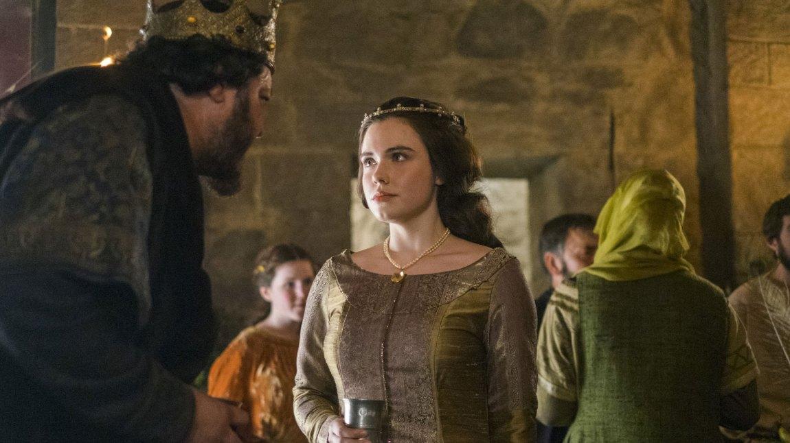 King Aelle fra Northumbria dukker opp igjen i sesong 4, for å besøke sin datter prinsesse Judith (Jennie Jacques).  (Foto: HBO Nordic, MGM Television)