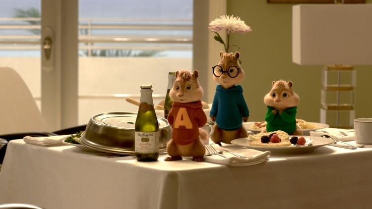 Alvin, Simon og Theodore vil stoppe Dave fra å fri til kjæresten. (Foto: Twentieth Century Fox Norway).