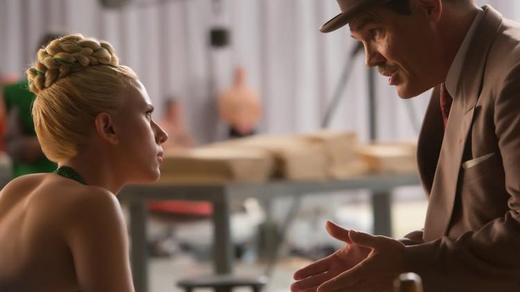 Synkronsvømmerfilmstjerna DeeAnna Moran (Scarlett Johansson) og Eddie Mannix (Josh Brolin) i Hail, Caesar! (Foto: United International Pictures).