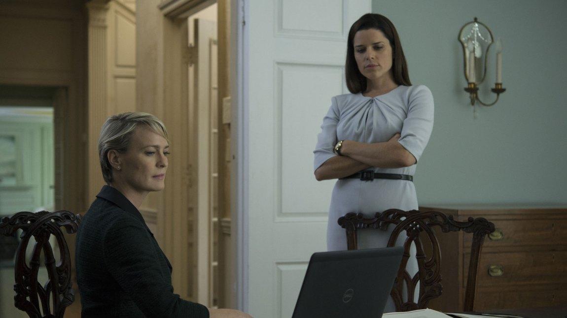 Claire Underwood (Robin Wright) hyrer inn Leann Harvey (Neve Campell) for å ta opp kampen mot sin mann. (Foto: Netflix)