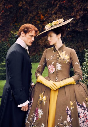 Caitriona Balfe og Sam Heughan i Outlander, sesong 2. (Foto: © Sony Pictures Television Inc. All Rights Reserved.).