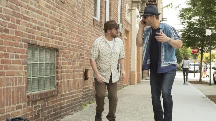 Ricky Gervais og Eric Bana spiller to radioreportere som gjemmer seg i New York i Special Correspondents (Foto: Netflix).