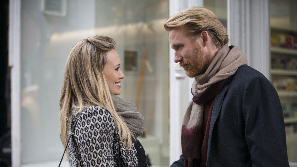 Kelsey Peters (Hilary Duff) og Anton Bjornberg (Thorbjørn Harr) utvikler et godt øye for hverandre i Younger. (Foto: TV2)