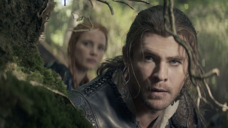 Chris Hemsworth som jegeren i The Huntsman: Winter's War. (Foto: United International Pictures).