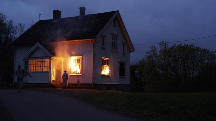 Erik Skjoldbjærg og kompani brant ned virkelige hus i filmen. (Foto: Nordisk Film Distribusjon AS).