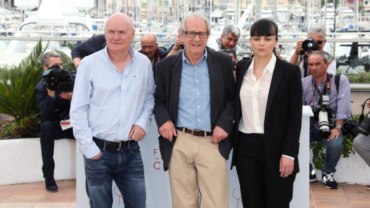 Regissør Ken Loach (i midten) sammen med skuespillerne Dave Johns og Hayley Squires (Foto: AP Photo/Joel Ryan).