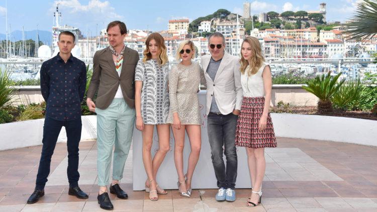 Her er Anders Danielsen Lie sammen med skuespillerne Lars Eidinger, Sigrid Bouaziz, Kristen Stewart, regissør Olivier Assayas og skuespiller Nora von Waldstatten på filmfestivalen i Cannes (Foto: AFP PHOTO / LOIC VENANCE).