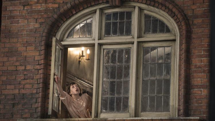 Sophie (Ruby Barnhill) ser noe stort utenfor barnehjemmet i SVK - Store Vennlige Kjempe (Foto: Nordisk Film Distribusjon AS/ DreamWorks SKG).