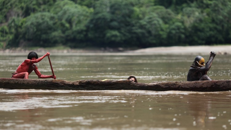 Justine (Lorenza Izzo) fraktes i kano i The Green Inferno (Foto: Another World Entertainment).