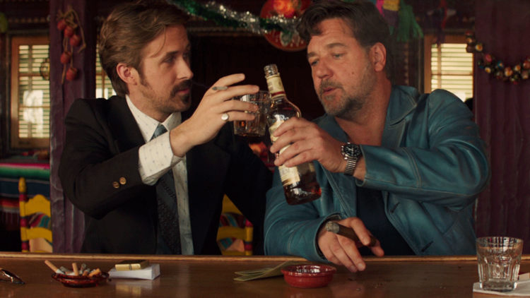 Privatdetektivene Holland March (Ryan Gosling) og Jackson Healy (Russell Crowe) får også tid til å drikke litt i The Nice Guys (Foto: SF Norge AS).