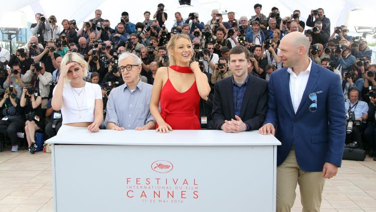 Kristen Stewart, Woody Allen, Blake Lively, Jesse Eisenberg og Corey Stoll poserer for fotografer i Cannes (Foto: AP Photo/Thibault Camus).