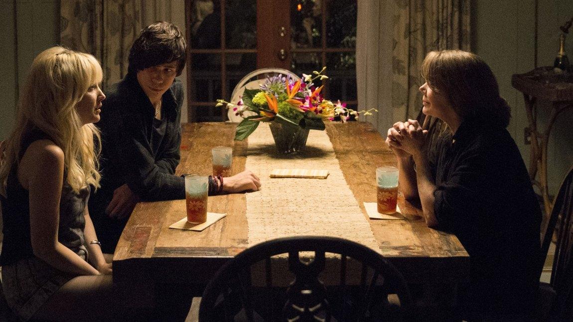 Andrea Riseborough (t.v) som Evangeline - et av de ferskeste tilskuddene til den hemmelighetsfulle Reyburn-familien vi følger i Bloodline. (Foto: Netflix)