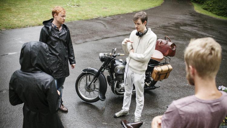 Skuespiller Rolf Kristian Larsen blir instruert av regissør Henrik Martin Dahlsbakken under innspillingen av Sensommer. (Foto: Another World Entertainment Norway)