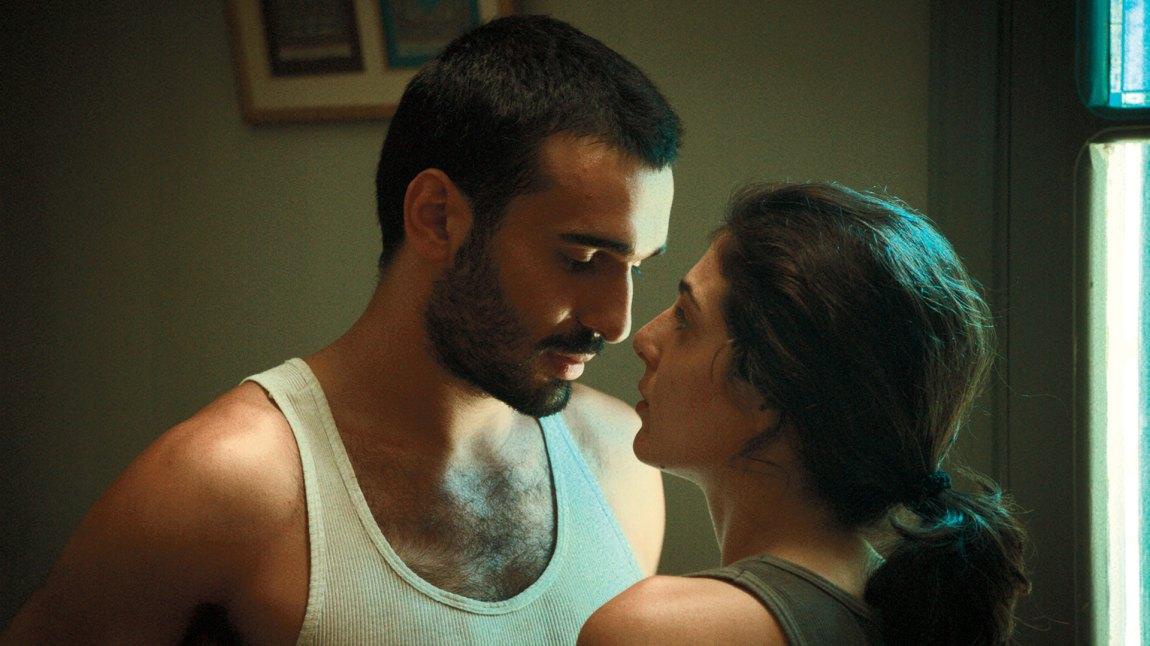 Aram Alexandrian (Syrus Shahidi) forelsker seg i en medsoldat under oppholdet i Beirut. En kjærlighetshistorie som stjeler mye fokus i filmends andre del. (Foto: Storytelling Media)