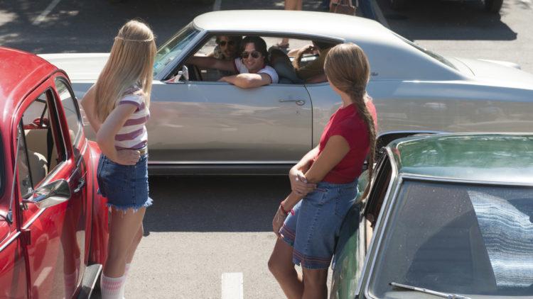 Finn (Glen Powell) og Roper (Ryan Guzman) sjekker damer i Everybody Wants Some!! (Foto: Norsk Filmdistribusjon).