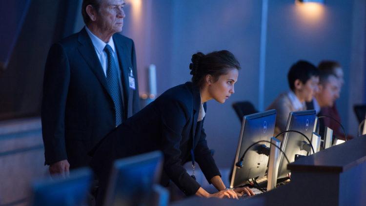 CIA-direktør Dewey (Tommy Lee Jones) og agenten Heather Lee (Alicia Vikander) i Jason Bourne (Foto: United International Pictures).
