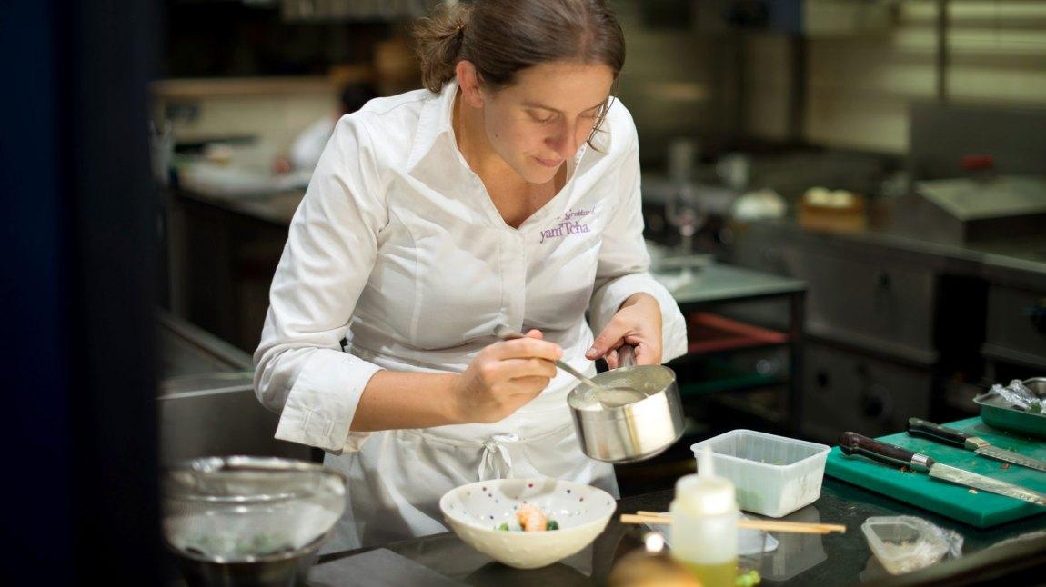 Adeline Grattard i aksjon på kjøkkenet. (Foto: Netflix)