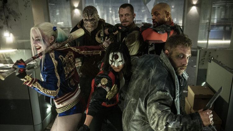 Margot Robbie, Adewale Akinnuoye-Agbaje, Karen Fukuhara, Joel Kinnaman, Will Smith og Jai Courtnay i Suicide Squad (Foto: SF Studios).