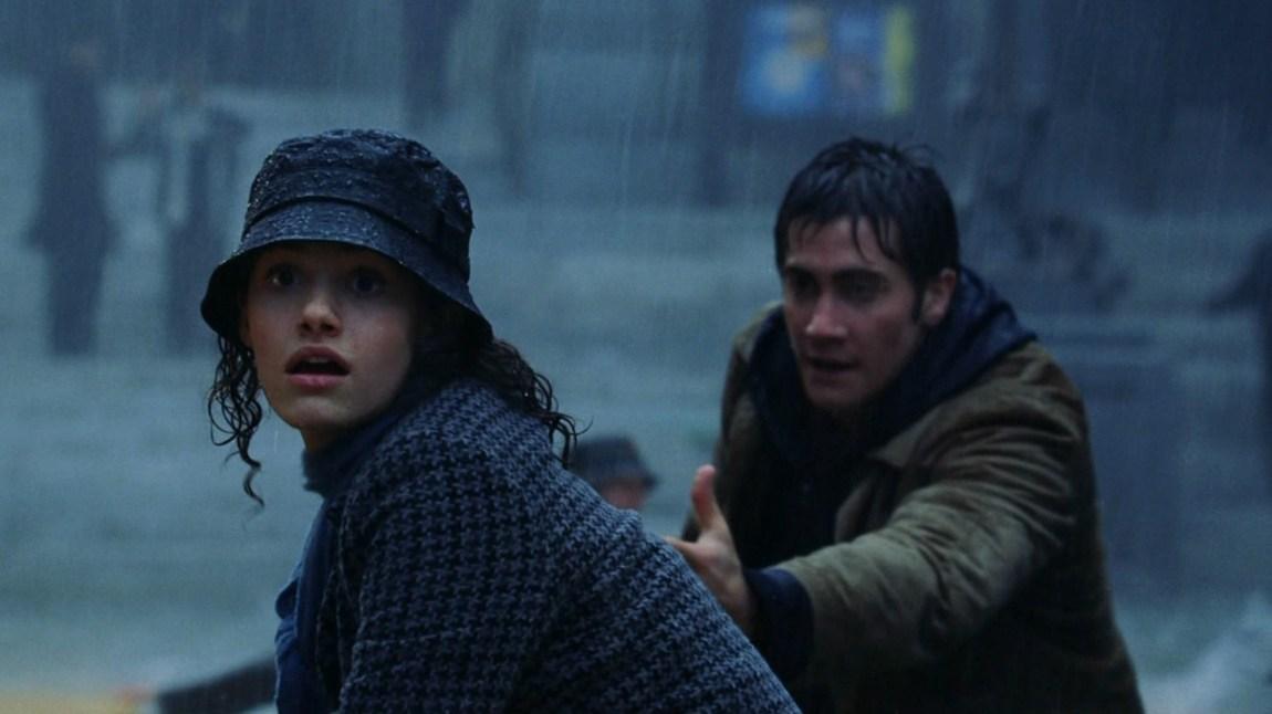 Laura Chapman (Emmy Rossum) og klassekamerat Sam Hall (Jake Gyllenhaal) må flykte for livet fra vannmassene i The Day After Tomorrow. (Foto: 20th Century Fox)