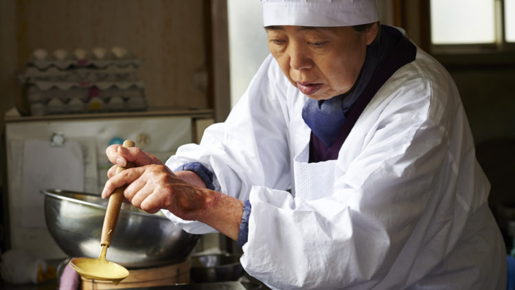 Tokue (Kirin Kiki) lærer bort sin oppskrift på bønnesyltetøy i Under kirsebærtrærne (Foto: Arthaus).