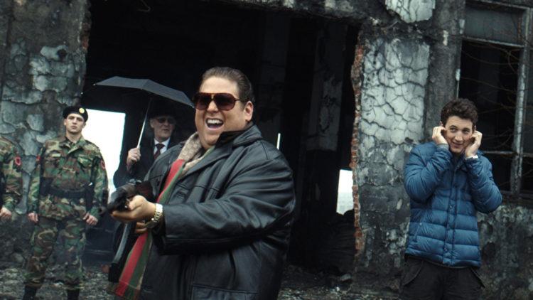 Efraim (Jonah Hill) fyrer løs, mens David (Miles Teller) holder seg for ørene i War Dogs (Foto: SF Studios).
