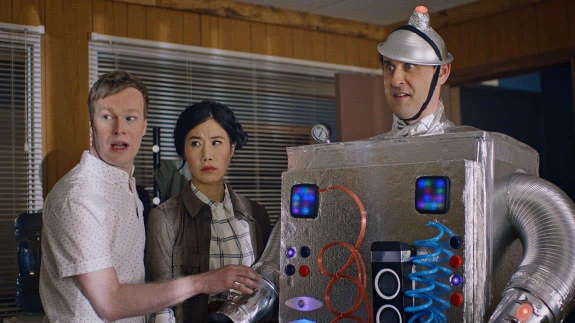 Swedish Dicks prøver vel hardt til tider. Her med Axel (Johan Glans), Sun (Vivian Bang) og en robot. (Foto: Viaplay)