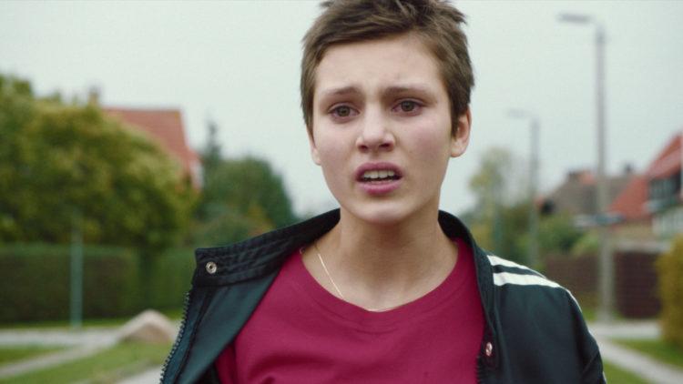 Rosemari (Ruby Dagnall) er på leting etter sine biologiske foreldre i Sara Johnsens spillefilm Rosemari. (Foto: Norsk Filmdistribusjon / 4 1/2)
