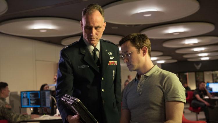 Edward Snowden (Joseph Gordon-Levitt) får tilgang til militære hemmeligheter i Snowden (Foto: Norsk Filmdistribusjon)