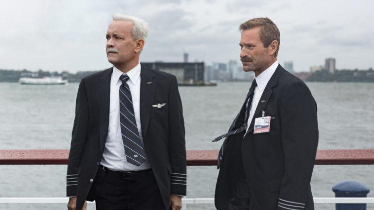 Kaptein Sullenberger (Tom Hanks) og andrepilot Skiles (Aaron Eckhart) ved bredden av Hudson-elva i Sully. (Foto: SF Studios)