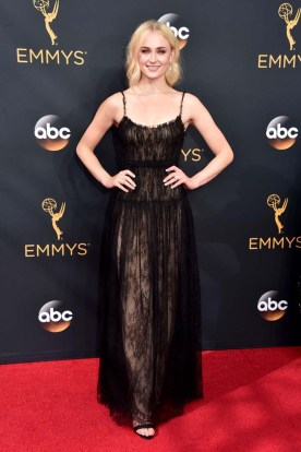 Sophie Turner, aka Sansa fra Game of Thrones, ankom Emmy-utdelingen i en svart blondekjole. (Foto: Alberto E. Rodriguez/Getty Images/AFP, NTB Scanpix).