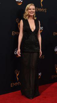 Kirsten Dunst arrives gikk for en tettsittende svart kjole. (Foto: AFP PHOTO / Robyn Beck, NTB Scanpix).