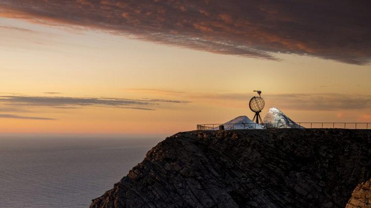 Anders Backe hopper over det kjente landemerket på Nordkapp i Supervention II. (Foto: Vegard Breie / SF Studios)